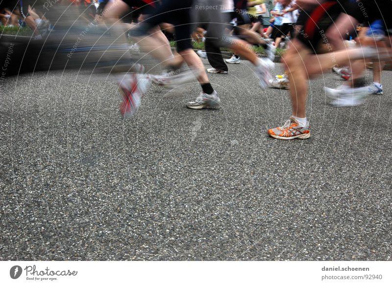 neulich beim Marathon Joggen Geschwindigkeit Schuhe Turnschuh Ausdauer Bewegungsunschärfe Sport Spielen Menschengruppe Fitness laufen rennen Beine Gesundheit