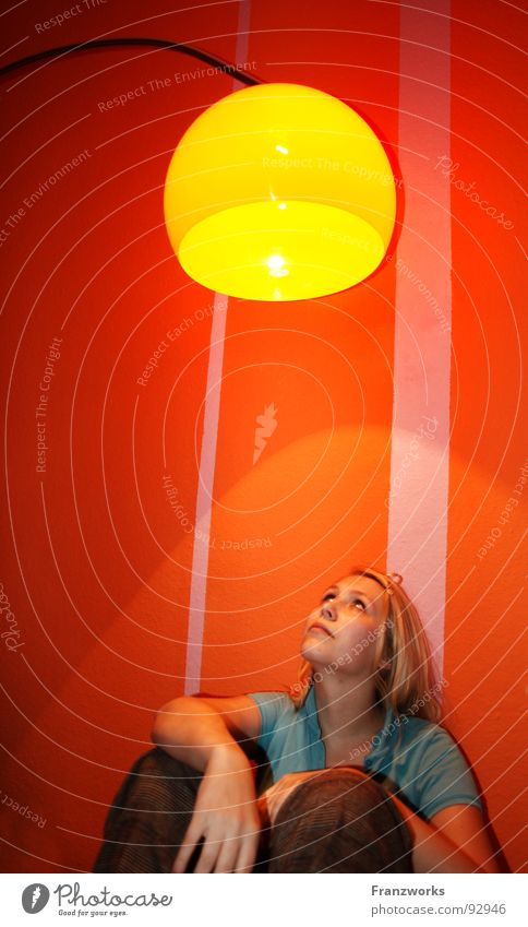 Ist der Dropsball... Frau schön gelb Lampe Wand oben Denken Wärme Beleuchtung blond Wohnung Suche sitzen Hoffnung Zukunft Physik