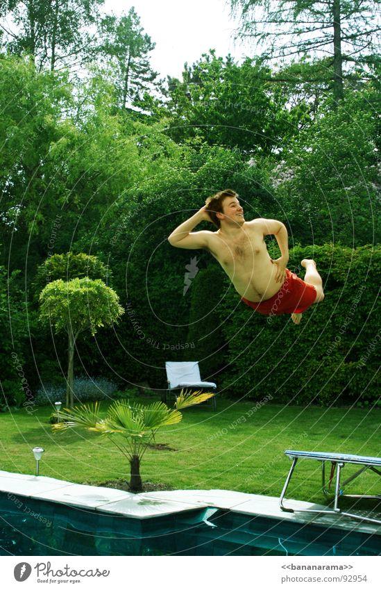 König der Lüfte springen Schwimmbad Trampolin Show Aktion Stunt grün Wiese Baum Badehose rot Mann liquide Sommer Frühling hüpfen Ferien & Urlaub & Reisen Palme