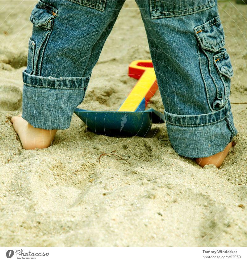 Mit beiden Beinen Kind blau Ferien & Urlaub & Reisen rot Meer Sommer Strand Freude gelb Spielen Junge Sand Fuß Kindheit Freizeit & Hobby