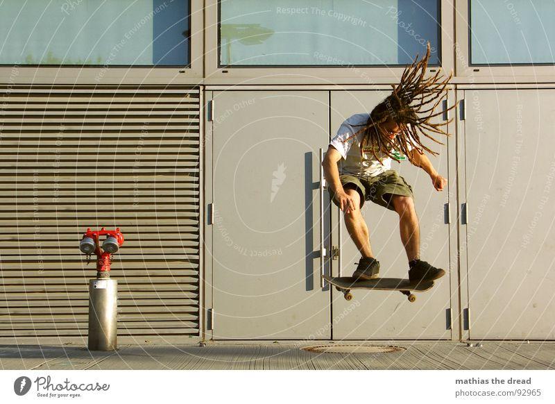 Knochenschinderei Sport Gesundheit anstrengen Skateboarding old-school Ferne Aktion berühren Rastalocken Fahrtwind springen Beton Hydrant Löschwasser Notausgang