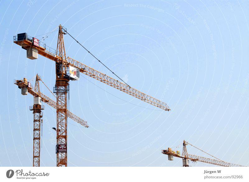 Kranparade Himmel blau gelb stehen hoch Industrie Stahl Kran Baugerüst