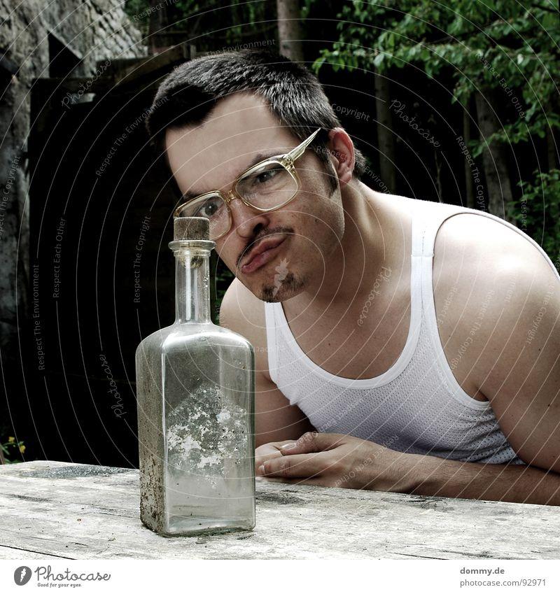 trink ma noch einen? Mensch Mann Haare & Frisuren lustig Tisch Brille Körperhaltung Bart dumm Flasche Ekel Witz hässlich krumm 30-45 Jahre Oberlippenbart