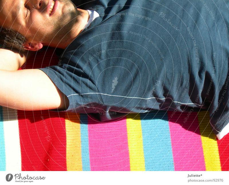 Life is beautiful Mann blau Sommer Freude Farbe Erholung lachen Beleuchtung T-Shirt liegen gestreift