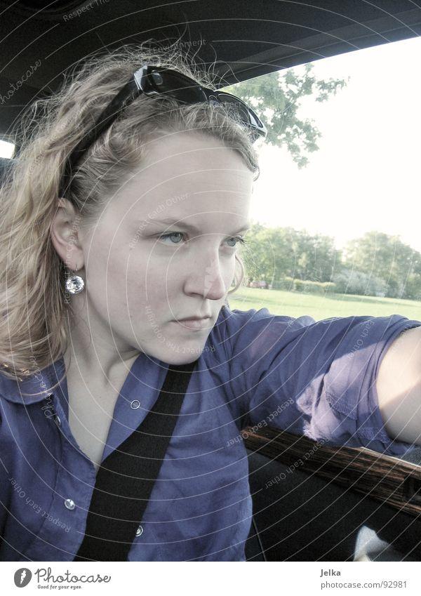 parking racing Mensch Frau Jugendliche Gesicht Erwachsene Haare & Frisuren PKW blond natürlich authentisch 18-30 Jahre fahren Junge Frau Konzentration Hemd