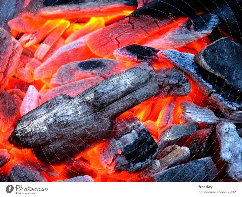 ::: Die Glut, ist gut 2 ::: Grillen heiß Holzkohle brennen glühen Rauch rot Kohlendioxid zünden schmelzen Lava Wärme Holzglut Feuerstelle Physik gemütlich