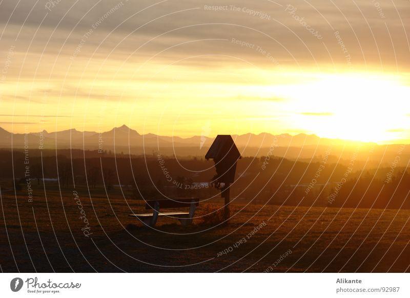 Sonne geht rot ruhig gelb Berge u. Gebirge Traurigkeit Wärme Rücken Trauer Bank Physik Alpen Sehnsucht Abenddämmerung Erinnerung Wegekreuz