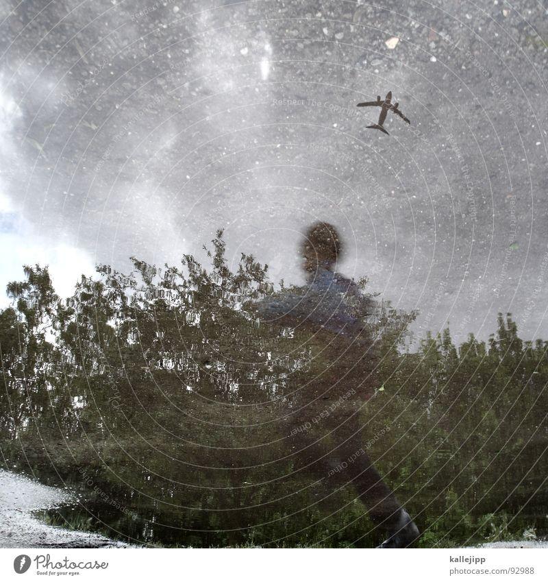 traum vom fliegen Kind Baum Spielen Bewegung Junge springen träumen Regen Flugzeug Sträucher Flugzeugstart Jacke Flughafen Flugzeuglandung Pfütze