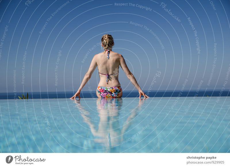 Sitting on the edge Mensch Frau Ferien & Urlaub & Reisen schön Wasser Sommer Erholung ruhig Ferne Erwachsene feminin Sport Schwimmen & Baden Freiheit Horizont