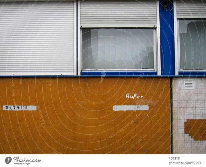 AUßER´s PARKPLATZ Parkplatz Wand Zone verfallen Müll Fenster Rollo Rollladen Mosaik Lüftungsschlitz Schacht reserviert gelb weiß Typographie Buchstaben Dresden
