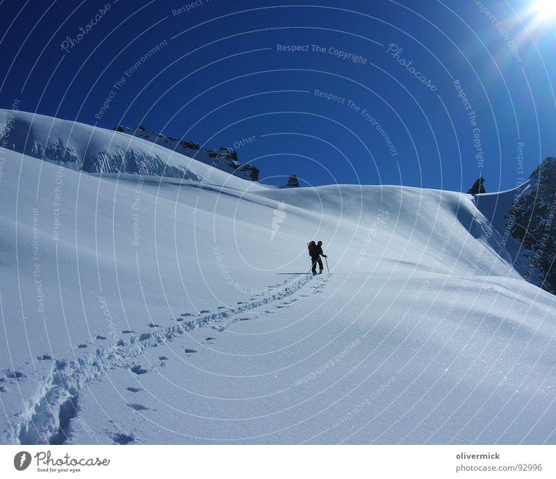 der sonne entgegen Schneespur Skitour Skifahrer Einsamkeit Bergsteiger Pulverschnee Stimmung Winter Winterstimmung Tiefschnee Schneekristall Wintersport Sonne