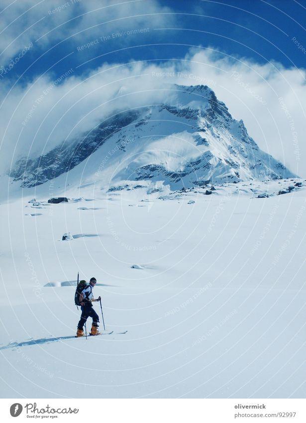 die erste spur Natur Wolken Schnee Berge u. Gebirge Stimmung Blauer Himmel Skifahrer Wintersport Bergsteiger Skitour Pulverschnee Schneespur