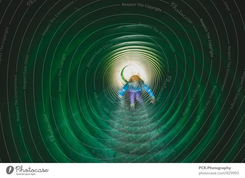 Tunnelgang Mensch Kind grün Mädchen Bewegung feminin Wege & Pfade maskulin Kindheit Abenteuer entdecken Mut Eisenrohr Tunnel 3-8 Jahre Lichtblick