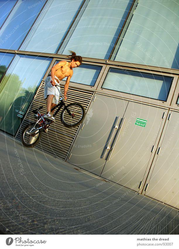 kurz vorm abheben Sport Gesundheit anstrengen Aktion springen Beton Hydrant Löschwasser Notausgang Radrennen steil Furche Glasfassade Oberkörper Mann maskulin