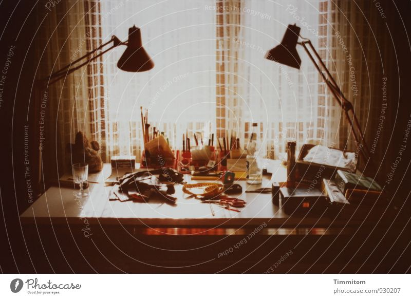 analog | 1/2 - In My Younger Days Wohnung Lampe Tisch Raum Dinge Schreibstift Pinsel Weinglas Fenster Vorhang Gardine Werkzeug authentisch einfach braun schwarz