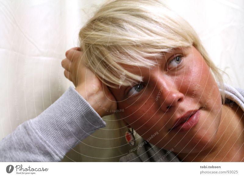 querdenkerin diagonal Frau Pullover grau blond braun Sonnenbad Denken Lippen Hand Stoff Kopfstütze Mensch Haare & Frisuren Haut Ohrringe lachen