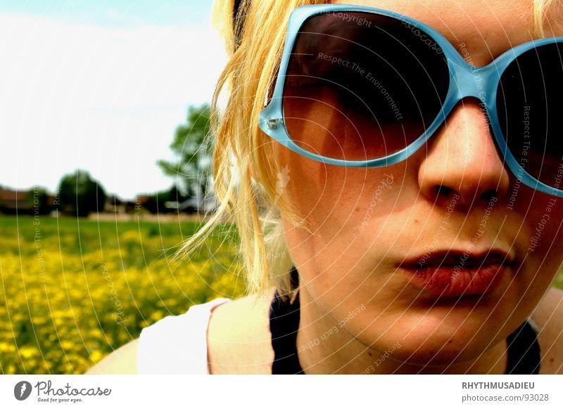 Sophie1 Frau Blume Sommer Freude gelb Wiese blond Weide Sonnenbrille