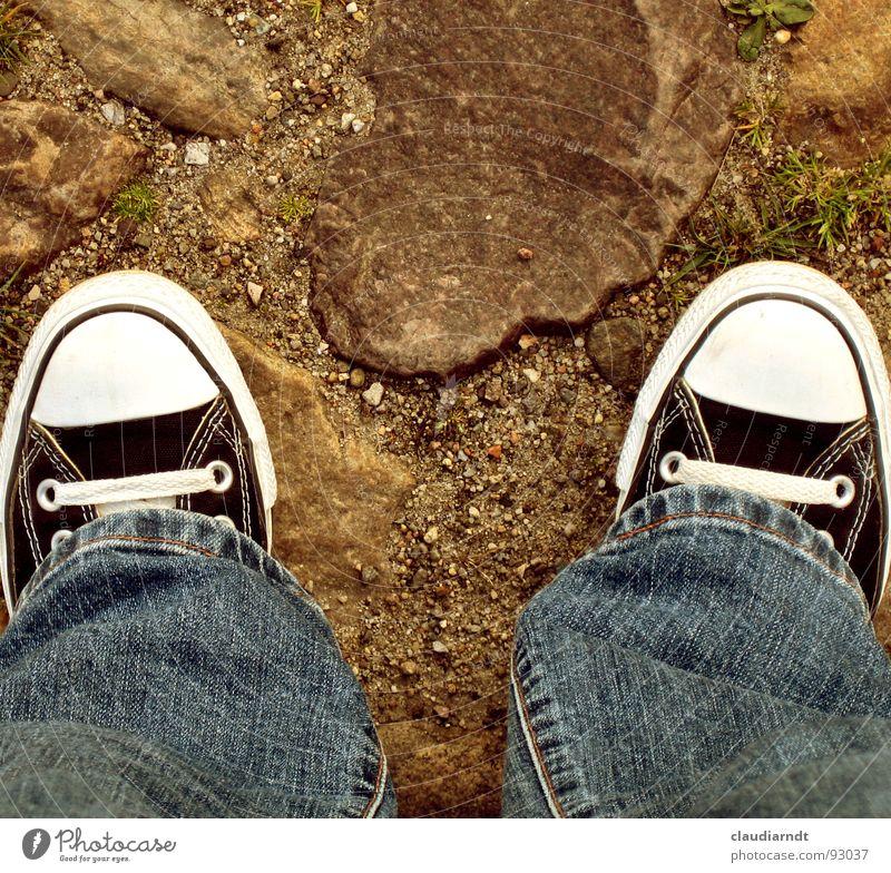 per pedes Straße Stein Fuß Wege & Pfade Sand Schuhe 2 wandern gehen laufen Bekleidung Perspektive Jeanshose paarweise stehen einfach