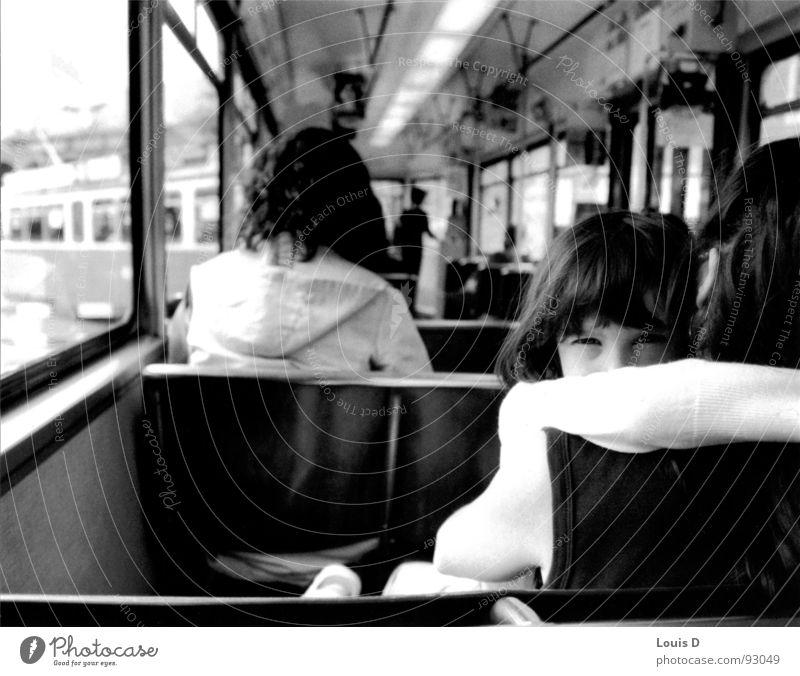 girl Mädchen Traurigkeit Trauer Mutter Eltern verstecken Tränen Straßenbahn Zürich Schweiz Familie & Verwandtschaft