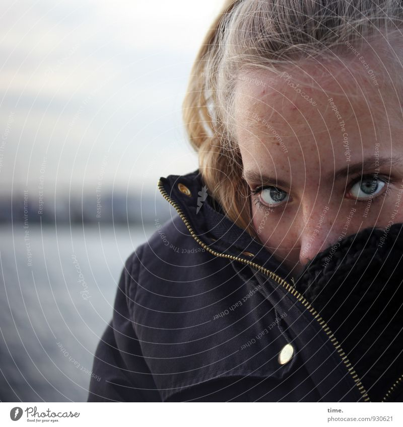 . Mensch Himmel Jugendliche schön Junge Frau Auge feminin Horizont Angst blond warten beobachten bedrohlich Schutz Hafen Jacke