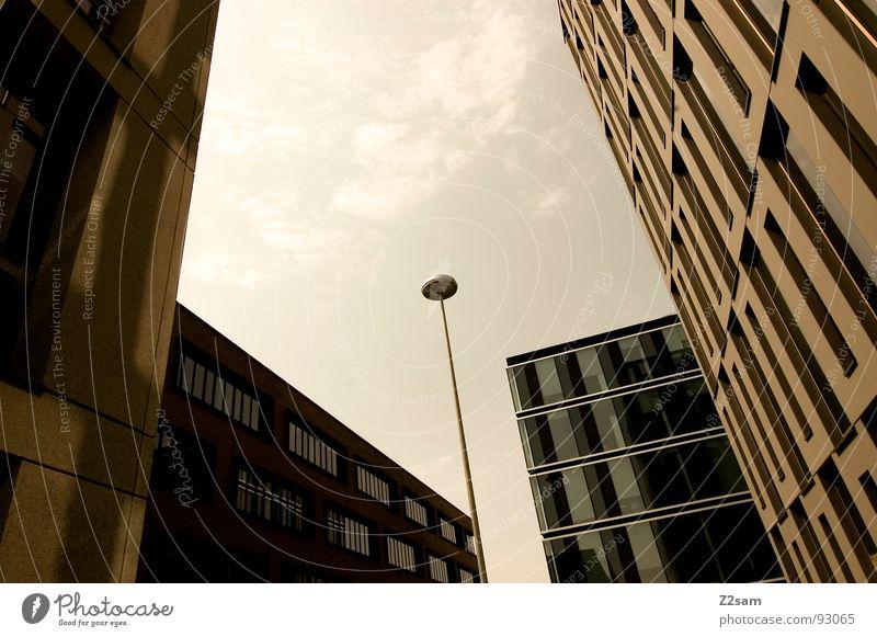 zugewachsen Hochhaus Haus Bauwerk Gebäude Laterne Geometrie eckig rund Golfschläger Perspektive grün gelb Physik dunkel einfach Stil Stadt 4 groß Macht Mitte