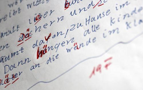 Rechtschreibung Kindererziehung Bildung Schule lernen Klassenraum Schulkind Lehrer Schreibwaren Papier Zettel Schreibstift Zeichen Schriftzeichen