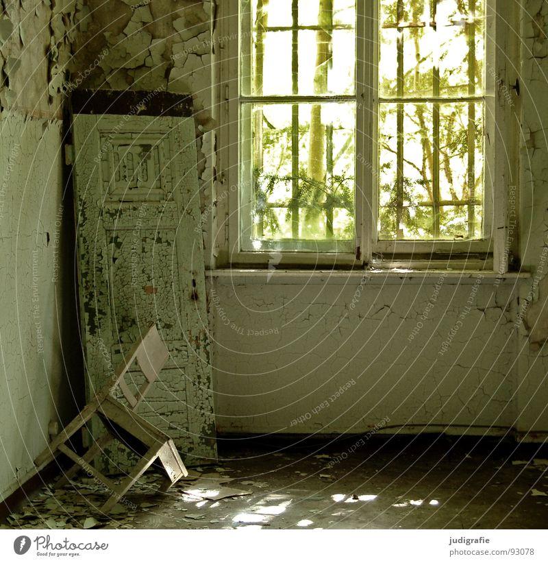 Heilstätte Haus Möbel Stuhl Raum Ruine Gebäude Fenster alt Traurigkeit gruselig kaputt Einsamkeit Angst Farbe Vergänglichkeit Fensterladen Eingang Putz