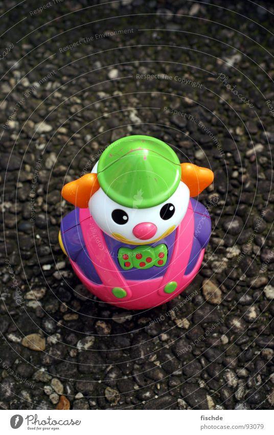 Straßenclown Spielzeug klein Einsamkeit ausgesetzt Asphalt mehrfarbig Vogelperspektive obskur Clown Statue plastikspielzeug Kontrast toy toys street Kindheit