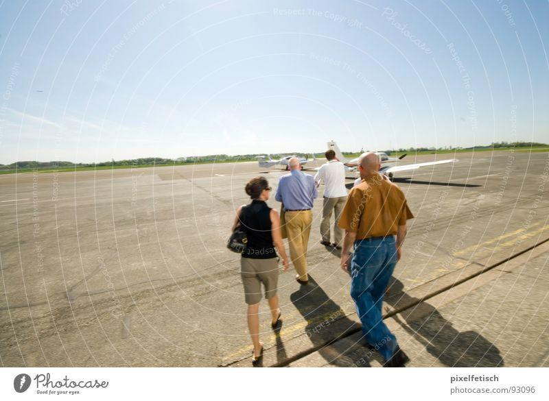 flugfeld mühlheim Mensch Sommer Ausflug Flughafen Tourist Passagier Flugplatz Rollfeld