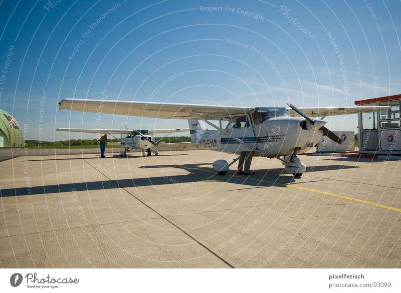flugzeug auf flugfeld Sommer Ferien & Urlaub & Reisen Flugzeug Luftverkehr Flughafen tanken Rollfeld