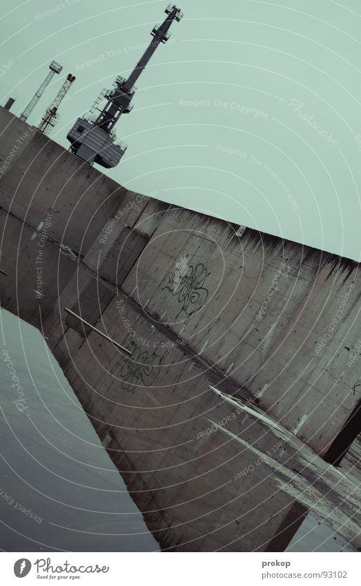 Niederschlagswahrscheinlich Morgen Trauer Spiegel Beton Reflexion & Spiegelung Geometrie schlechtes Wetter Tagger sinnlos Flugzeugträger Antenne Funkturm Kran