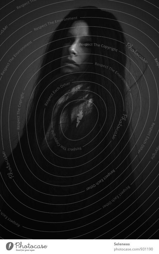 . Mensch feminin Frau Erwachsene Körper Haut Kopf Haare & Frisuren Gesicht Auge Nase Mund 1 18-30 Jahre Jugendliche schwarzhaarig langhaarig Perücke dunkel