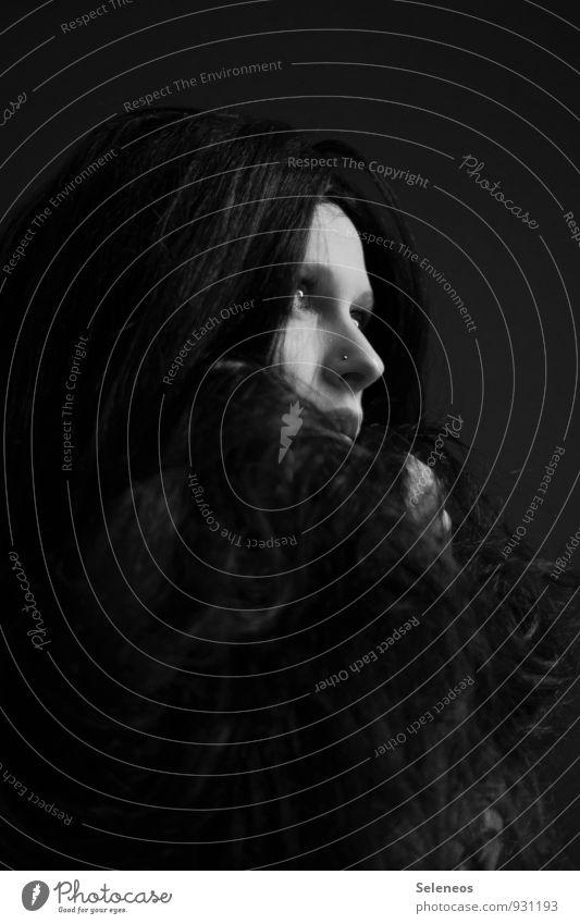 dunkelblond. Haut Gesicht Mensch feminin Frau Erwachsene Kopf Haare & Frisuren 1 schwarzhaarig langhaarig Perücke Schwarzweißfoto Innenaufnahme Porträt