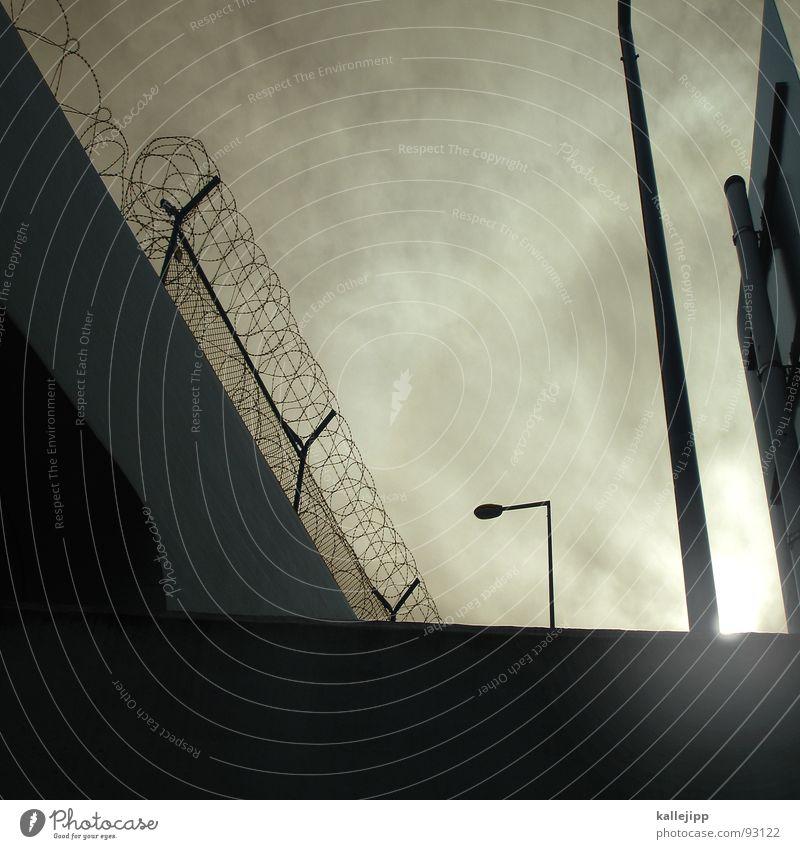einzelhaft Sicherheit Sperrzone G8 Gipfel Heiligendamm Barriere Stacheldraht Zaun Mauer Verbote Terror kämpfen Armutsgrenze Hinterhof Plattenbau Fassade