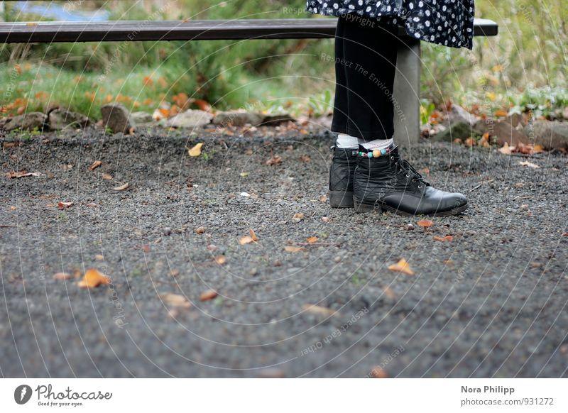 Schuh biduh Schuhe Bank Leggings Herbst Gras warten Mensch Beine Strümpfe Blatt Park Kies Stein sprechen stehen old-school Rock Fußkette Bodenbelag feminin