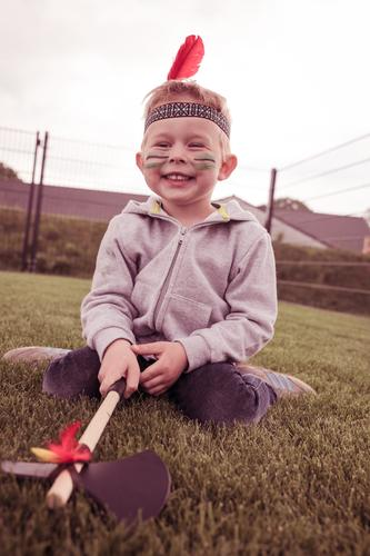 Indianer Mensch maskulin Kind Kleinkind Junge 1 3-8 Jahre Kindheit genießen Lächeln lachen leuchten Fröhlichkeit Apache Trail Feder Kindergeburtstag Farbfoto