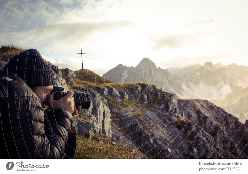 einfach mal raus. Natur Ferien & Urlaub & Reisen Jugendliche Mann Landschaft Junger Mann Ferne Umwelt Berge u. Gebirge Erwachsene Leben Freiheit Felsen maskulin
