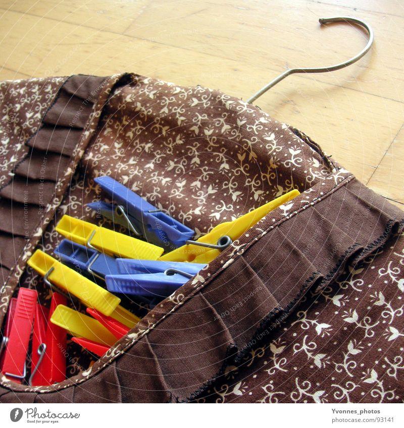 Waschtag Wäsche Klammer Wäscheklammern früher retro Blume Muster Kleiderbügel Haken Kleiderhaken aufhängen rot gelb Holz Stoff mehrfarbig Sauberkeit dreckig