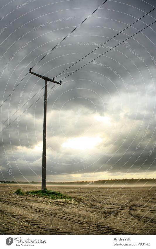 es soll regen geben. Unwetter Sturm Orkan Wolken dramatisch Elektrizität Strommast Feld Gewitter Sommer Wetter Hagel Regen Wind Wolkenstimmung Himmel