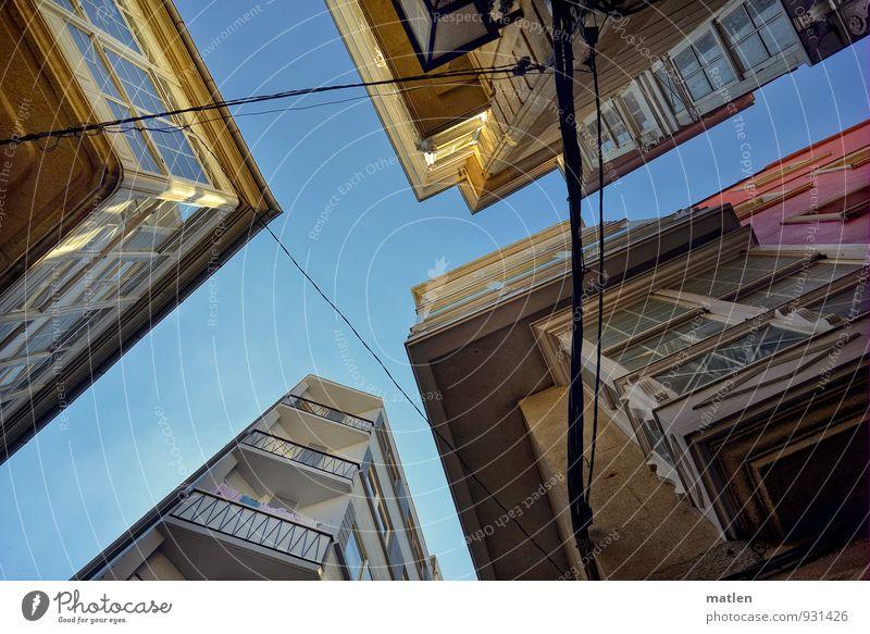 round the corner Stadt Menschenleer Haus Hochhaus Gebäude Architektur Mauer Wand Fassade Balkon Fenster Straße Spitze blau braun gelb rosa weiß Straßenkreuzung