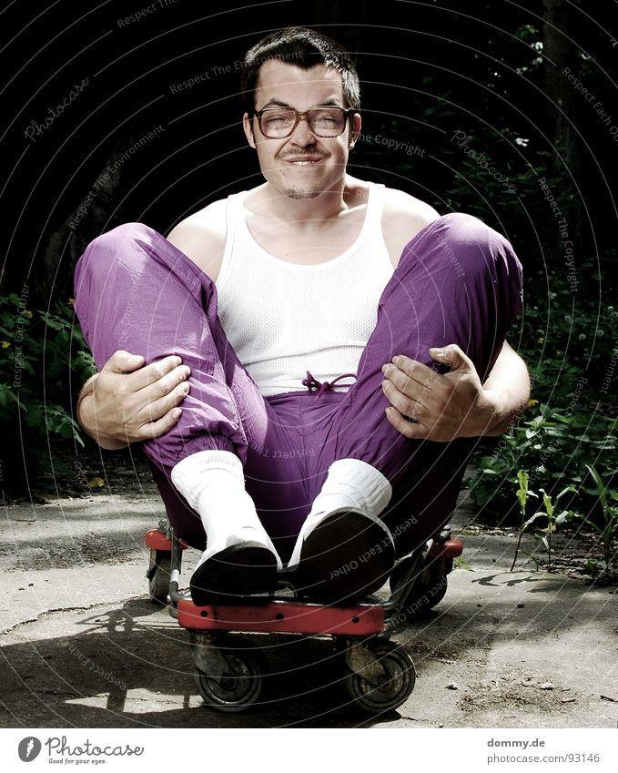 *skaterboy Mensch Mann Haare & Frisuren sitzen Mund Brille Körperhaltung Bart dumm Witz hässlich Dummkopf 30-45 Jahre Einkaufswagen Oberlippenbart Brillenträger