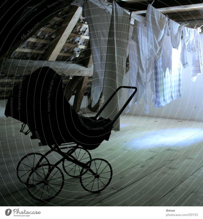 verstau(b)t Kinderwagen Betonboden dunkel Wäsche Dachboden schwarz Licht Vergänglichkeit alt Balken verstaubt