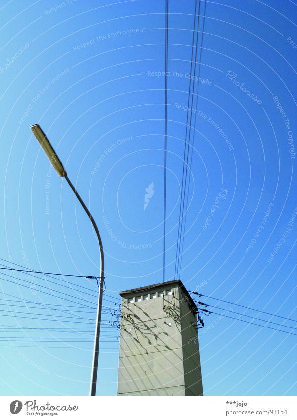 max und moritz Himmel blau 2 Beleuchtung Energiewirtschaft Elektrizität Technik & Technologie Kommunizieren Kabel Turm Laterne Draht Straßenbeleuchtung Leitung Verbundenheit himmelblau