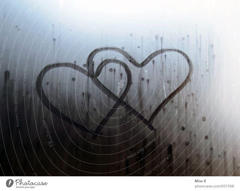 Zwei Herzen Luft Wassertropfen schlechtes Wetter Nebel Regen Fenster Gefühle Stimmung Zusammensein Liebe Verliebtheit Romantik Liebesaffäre Zusammenhalt