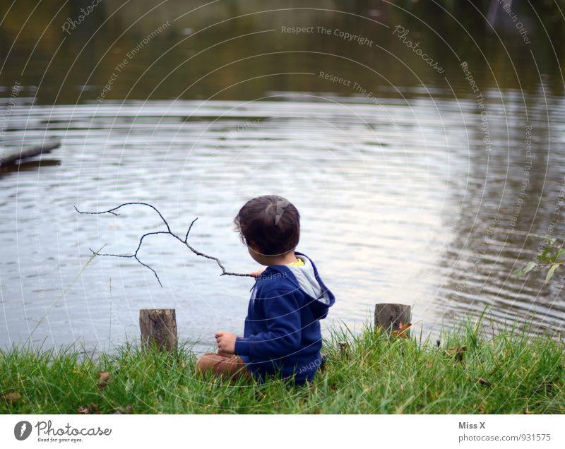 Zwerg am See Mensch Kind Erholung Küste Junge Spielen Schwimmen & Baden Stimmung maskulin Freizeit & Hobby Idylle sitzen Kindheit nass Ausflug