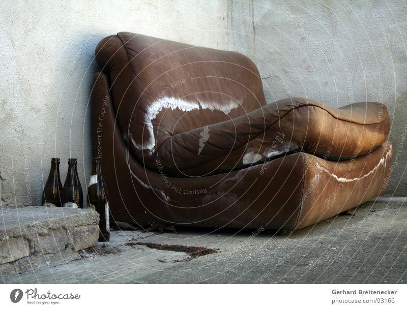 Sitzgruppe Sofa braun nass feucht Bierflasche grau trist Einsamkeit schäbig Trauer Beton Terrasse Verzweiflung verfallen Schimmelpilze Traurigkeit alt