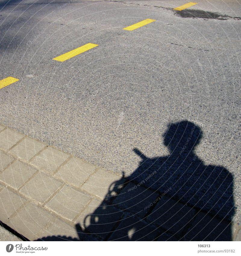 STOISCHES ZWISCHENBILD Mann Straße Stein Fahrrad Asphalt obskur Verkehrswege Mangel Fahrbahnmarkierung selten