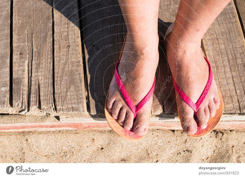 Frauen treten am Strand auf. Rosa String schön Haut Pediküre Erholung Ferien & Urlaub & Reisen Sommer Meer Mädchen Erwachsene Finger Fuß Sand Schuhe hell blau