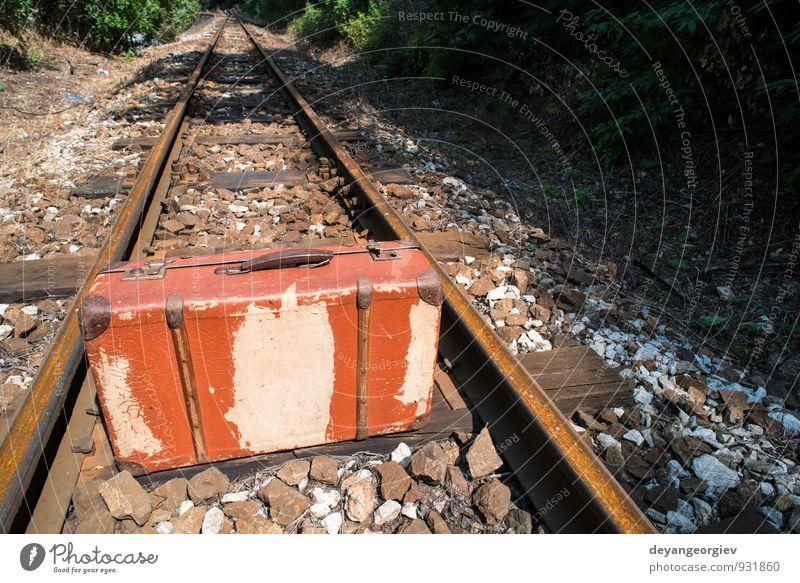 Ferien & Urlaub & Reisen alt Landschaft Ferne Straße Tourismus Verkehr warten Ausflug Eisenbahn Abenteuer retro fallen Koffer Leder Entwurf