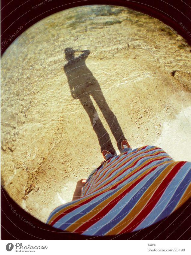 Berner Schatten Fischauge rund Lomografie mehrfarbig T-Shirt Streifen Aare Strand Schuhe Fotografieren verdunkeln gestreift lomography Wasser Fluss Küste shadow